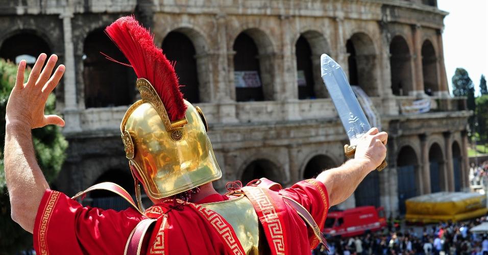 Homens fantasiados de soldados romanos que trabalham nas proximidades do Coliseu de Roma tirando fotos com turistas enfrentaram a polícia