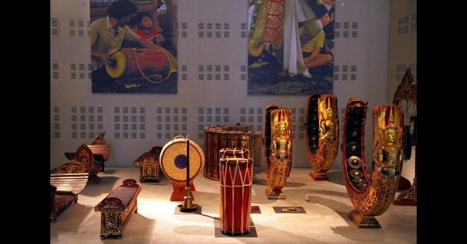 Instrumentos da orquestra piphat mon, do sudeste da Ásia, podem ser vistos no Museu da Música, de Paris, cujo acervo abriga também abriga instrumentos musicais da Ásia e da África