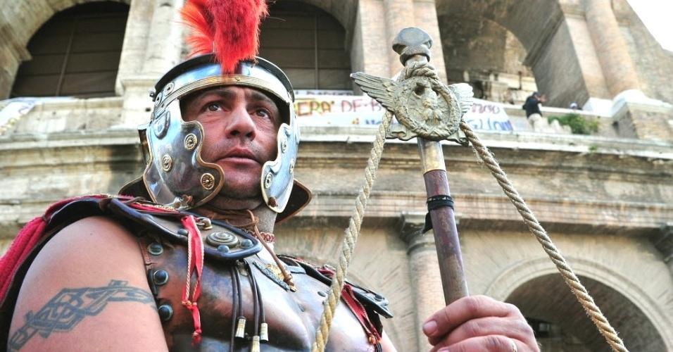 """Italiano que ganha a vida posando para fotos com turistas vestido de centurião romano participa de protesto em frente ao Coliseu de Roma. Os """"centuriões"""" querem permissão para trabalhar na área, após uma decisão das autoridades locais de baní-los"""