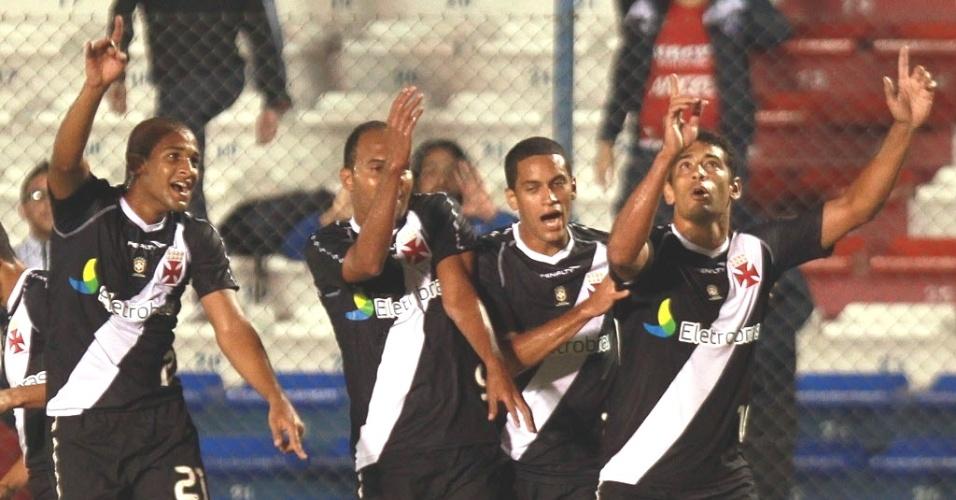 Jogadores do Vasco comemoram o gol de Diego Souza contra o Nacional-URU (12/04/12)