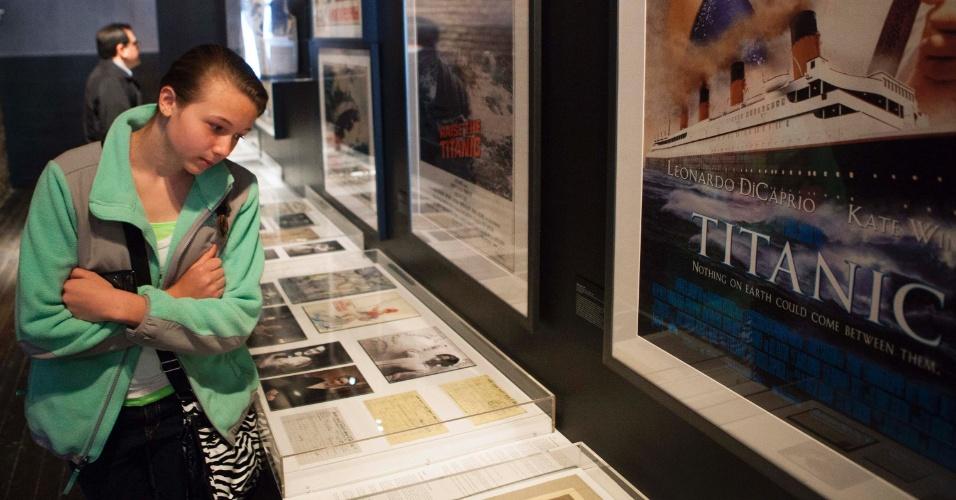Jovem observa objetos relacionados ao Titanic em exposição no South Street Seaport Museum, em Nova York
