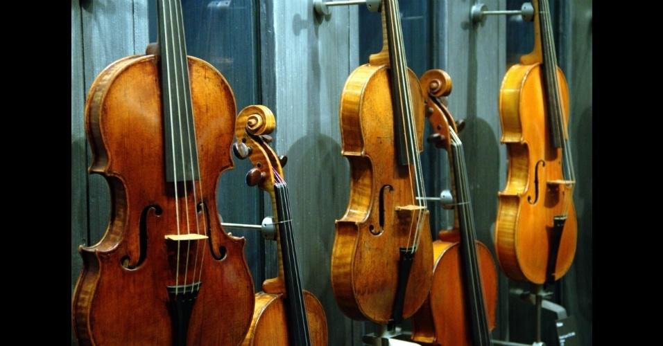 Localizado em Paris, o Museu da Música  percorre a história da música ocidental desde o século 17 até as últimas décadas do século passado e possui um acervo com, aproximadamente, seis mil peças como estes violinos antigos