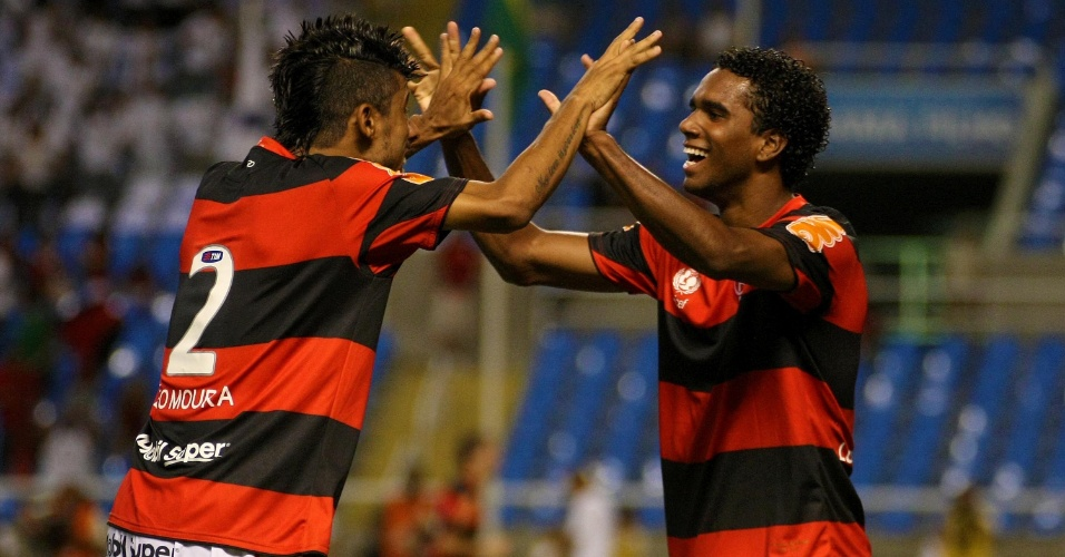 Luiz Antonio é abraçado por Léo Moura ao marcar para o Flamengo contra o Lanús (12/04/12)