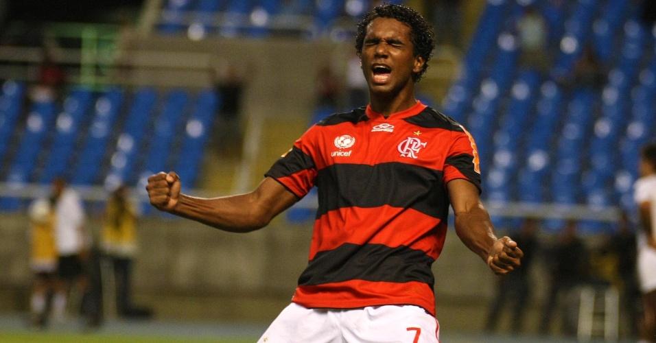Luiz Antônio vibra ao marcar o terceiro gol do Flamengo contra o Lanús (12/04/12)