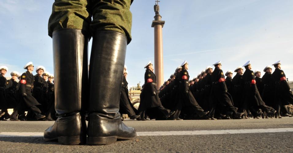 Marinheiros marcham em São Petersburgo, na Rússia, em ensaio para as comemorações do dia 9 de maio, quando o país celebra a vitória, em 1945, sobre as tropas nazistas alemãs