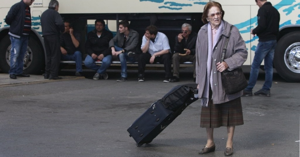 Mulher carrega mala diante de motoristas de ônibus em greve de 24 horas em Atenas, capital da Grécia