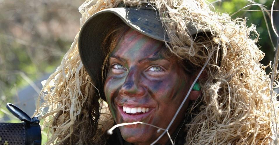 Mulher soldado do Exército de Israel durante demonstração na Base Militar de Adam, Israel