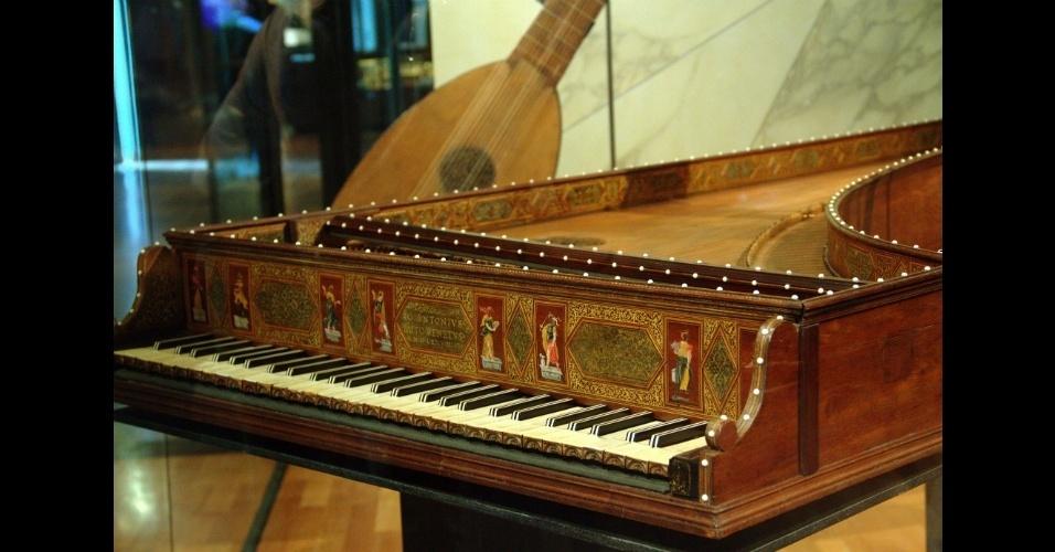 O acervo do Museu da Música abriga peças como este cravo de 1579. Localizado em Paris, o museu percorre os últimos quatro séculos da história da música ocidental