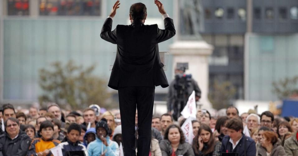 O candidato do Partido Socialista às eleições presidenciais da França, François Hollande, discursa durante uma reunião de campanha nesta quinta-feira (12) em Clermont-Ferrand
