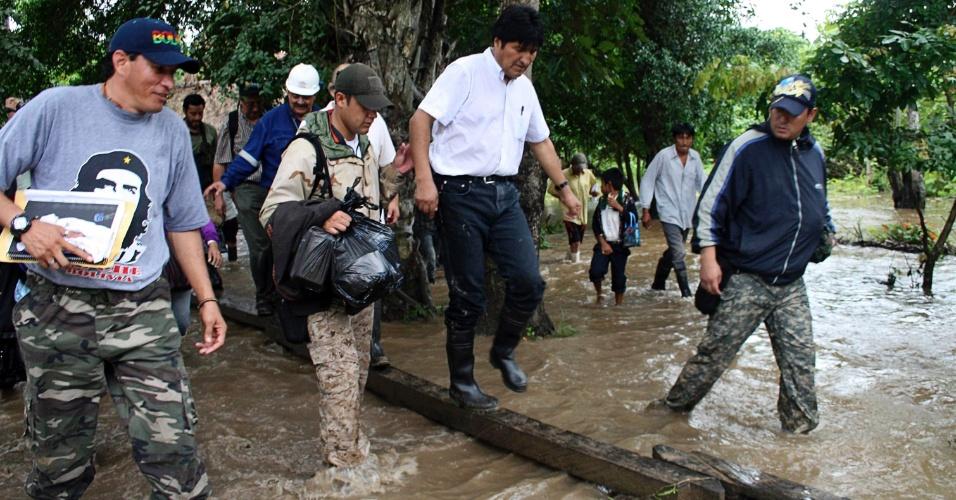 O presidente da Bolívia, Evo Morales, caminha sobre uma prancha improvisada em uma região alagada de Gundonovia, em área de reserva ecológica da Amazônia boliviana, a 212 km de La Paz.