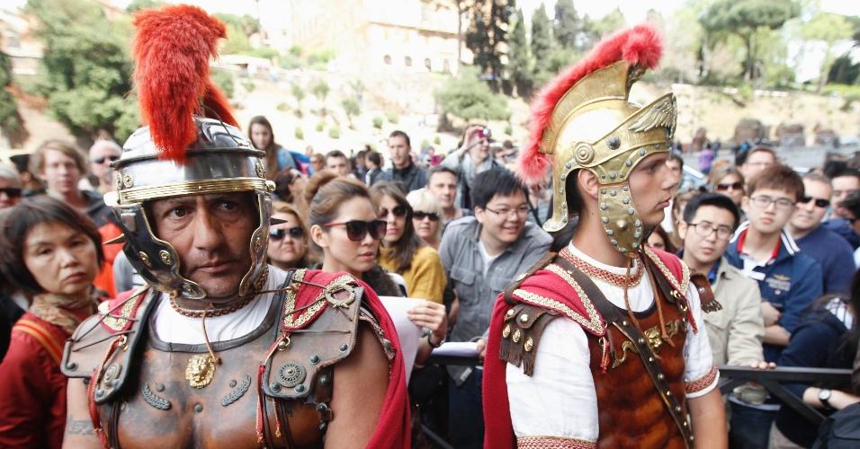 """Os tradicionais """"gladiadores"""" do Coliseu de Roma - homens fantasiados que posam para fotos - protestam contra uma ação de despejo"""