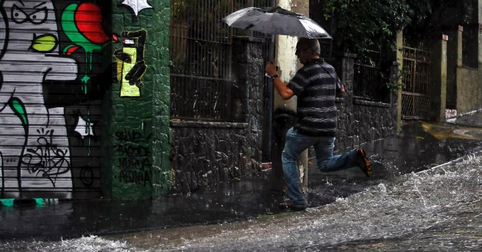 Pedestres caminharam sob forte chuva na tarde desta quinta-feira na Vila Madalena, zona oeste de São Paulo. O temporal deixou toda a cidade em atenção e causou alagamentos