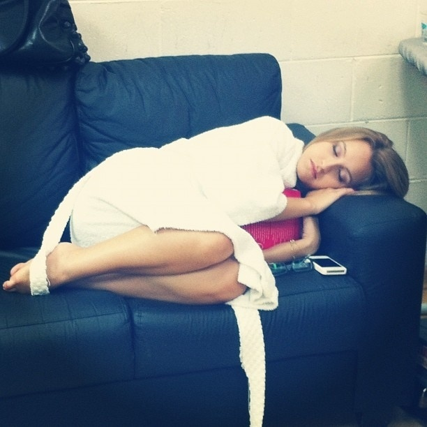 Pérola Faria posta foto de Carla Diaz dormindo (12/4/12)