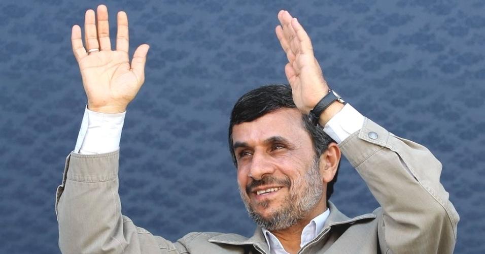 Presidente do Irã, Mahmoud Ahmadinejad, acena para público durante visita a Jask, na província de Hormozgan, região sul do país. O mandatário afirmou nesta quinta-feira que o país não abrirá mão de seu projeto de enriquecimento de urânio, se antecipando ao debate de potências mundiais sobre o Irã, a ser realizado no fim de semana
