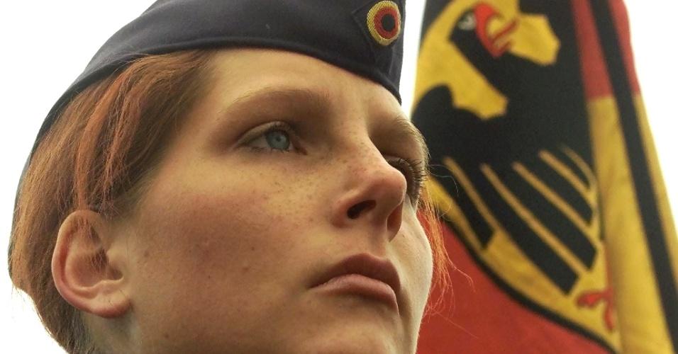 Recruta feminina presta juramento no Exército, na Alemanha