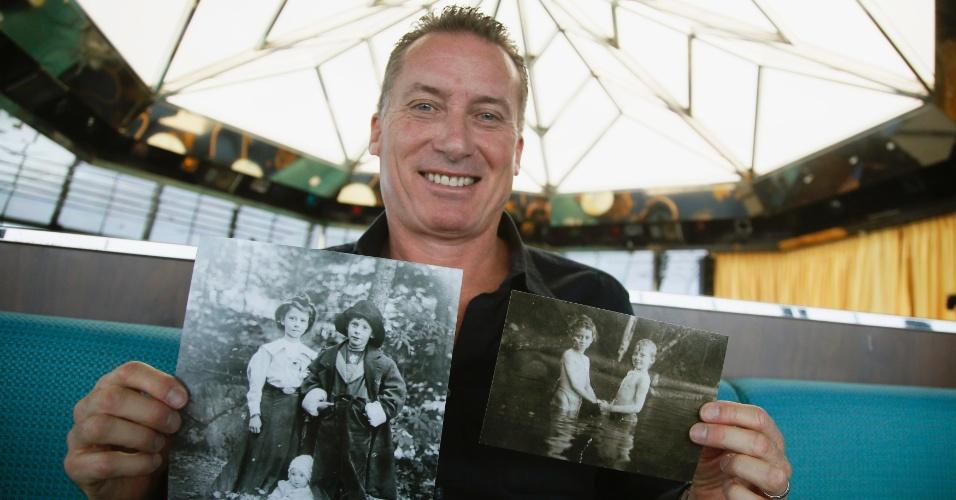 Rick Noble, do Texas, nos Estados Unidos, mostra fotos em que são retratados alguns de seus parentes. Noble viaja no cruzeiro Titanic Memorial, que reproduz a expedição da histórica embarcação