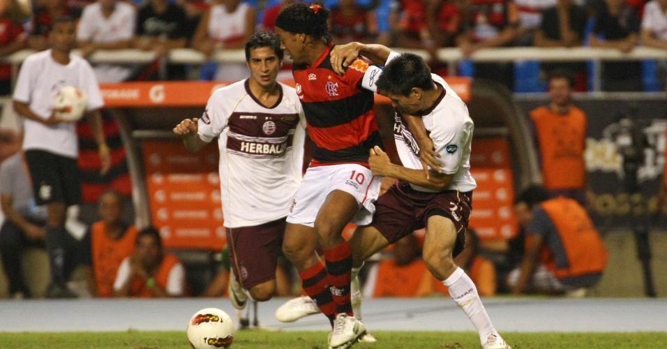 Ronaldinho Gaúcho tenta passar pela marcação no jogo entre Flamengo e Lanús (12/04/12)