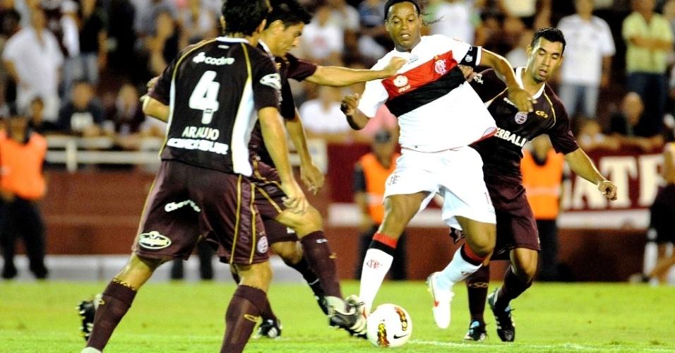 Ronaldinho tenta superar a marcação do Lanús na partida na Argentina (15/02/2012)