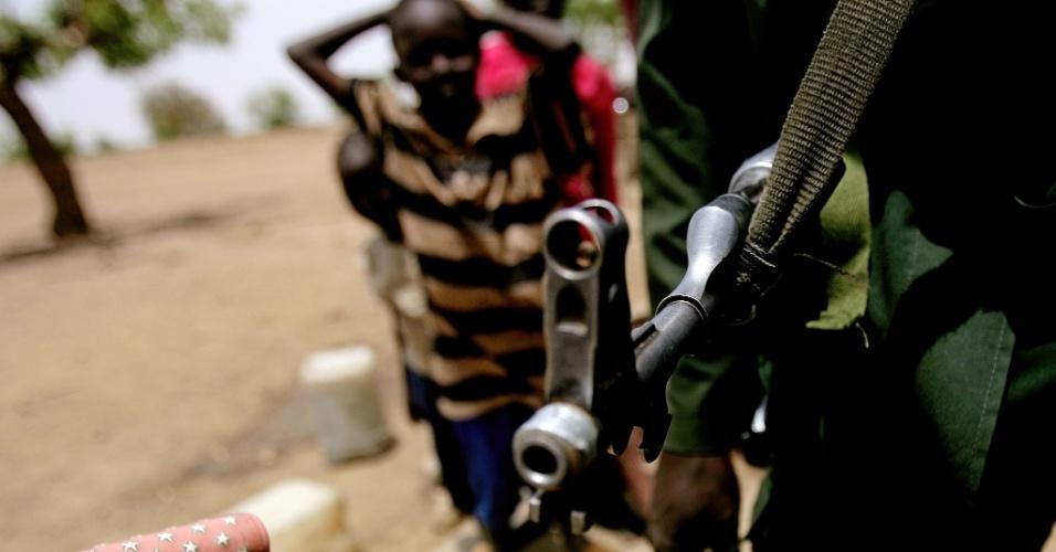 Sodado sudanês patrulha área de sucessivos confrontos entre o Exército e as forças do Sudão do Sul, na cidade de Talodi, em Kordofan, nesta quinta-feira (12).