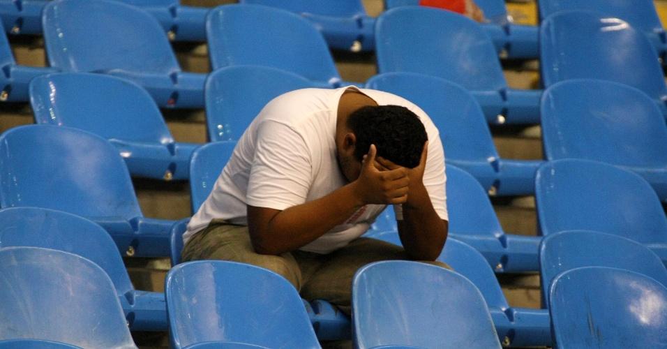 Torcedor do Flamengo lamenta eliminação na primeira fase da Libertadores (12/04/12)