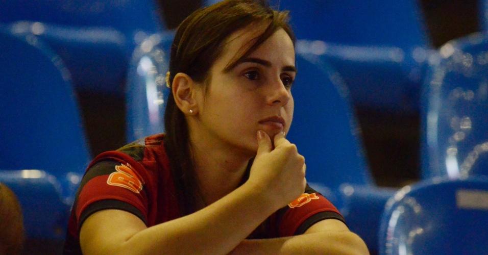 12.abr.2012 - Torcedora do Flamengo aguarda o início da partida contra o Lanús