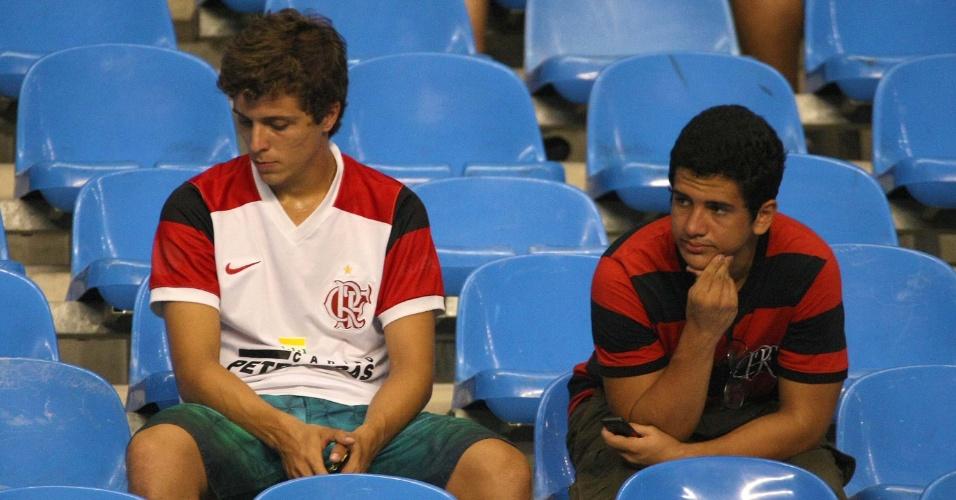 Torcedores do Flamengo lamentam eliminação na primeira fase da Libertadores (12/04/12)