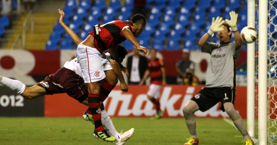 Welinton cabeceia e abre o placar para o Flamengo contra o Lanús (12/04/12)