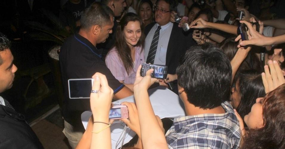 """A atriz Leighton Meester, a Blair do seriado americano """"Gossip Girl"""", tira fotos com os fãs na porta do hotel onde está hospedada na zona sul do Rio (13/4/2012)"""