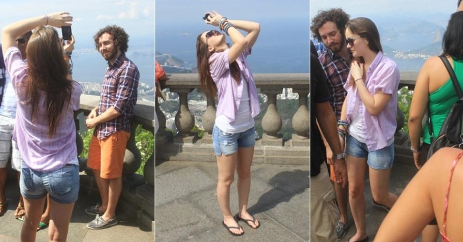 """A atriz Leighton Meester que interpreta a personagem Blair no seriado """"Gossip Girl"""" tira fotos  com o namorado Aaron Himelstein no Cristo Redentor, no Rio de Janeiro (13/4/12)"""