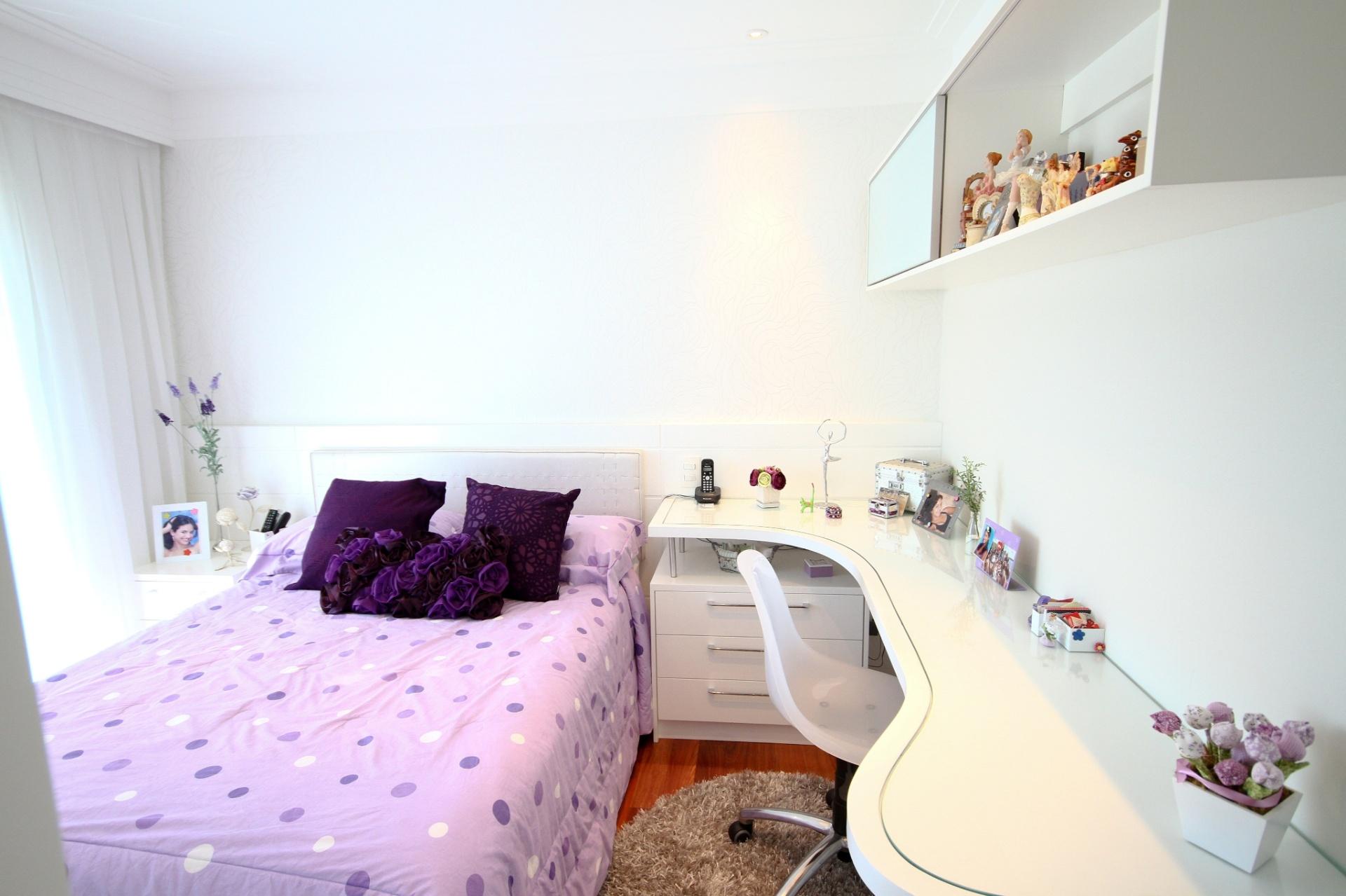 A roupa de cama colorida personaliza o quarto da filha. O diferencial deste espaço idealizado por Silvia Bitelli no apartamento do Jardim França, em São Paulo, está na bancada que deriva do criado mudo, planejado pela arquiteta