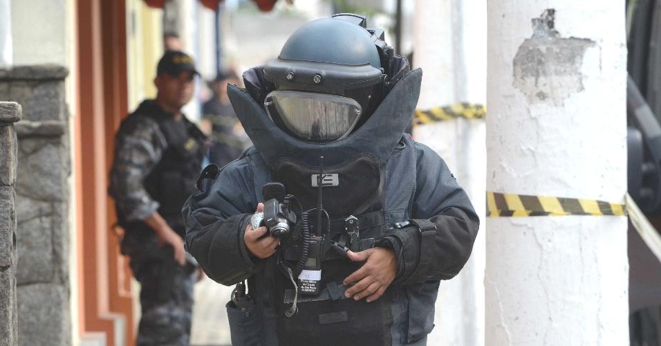 Agente do esquadrão antibombas do Gate (Grupo de Ações Táticas Especiais) se prepara para inspecionar um suposto artefato explosivo deixado dentro de uma sacola no Instituto Carvalho, localizado rua Coronel Ortiz, em Santo André, na Grande São Paulo