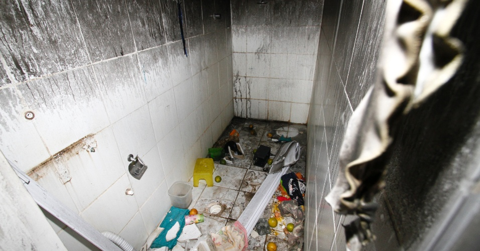 Banheiro da casa onde o trio Jorge Negromonte, 50, Isabel Cristina, 51, e Jéssica Camila, 22, teriam matado, esquartejado e praticado canibalismo com duas mulheres, em Garanhuns (PE)
