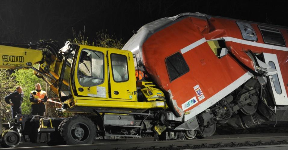 Bombeiros trabalham em local de acidente ferroviário em Muelheim, na Alemanha