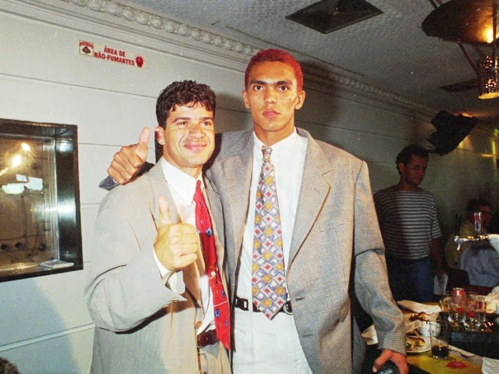Botafoguense Túlio (e) e santista Giovanni posam juntos após premiação dos melhores do Brasileirão 1995; dias antes, o Botafogo conquistou o título após final com erros de arbitragem contra o Santos (19/12/1995)
