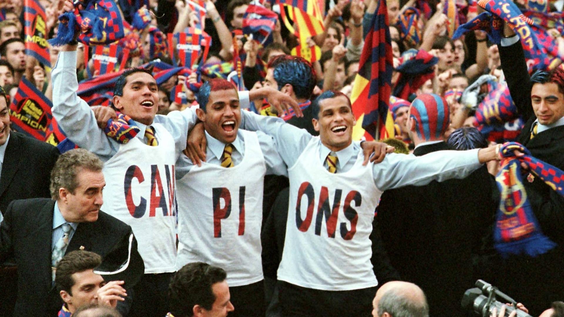 Brasileiros Giovanni, Sonny Anderson e Rivaldo comemoram conquista do Campeonato Espanhol 1998 pelo Barcelona (20/04/1998)
