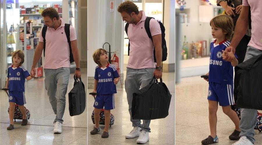Cássio Reis e o filho Noah são clicados no aeroporto Santos Dumont, centro do Rio (13/4/2012)