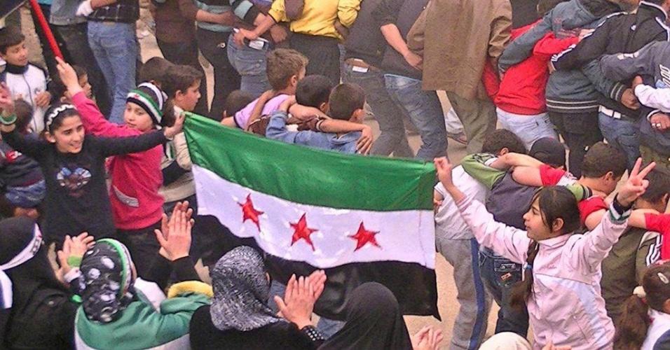 Crianças participam de protesto contra o governo na cidade de Daraa, na Síria