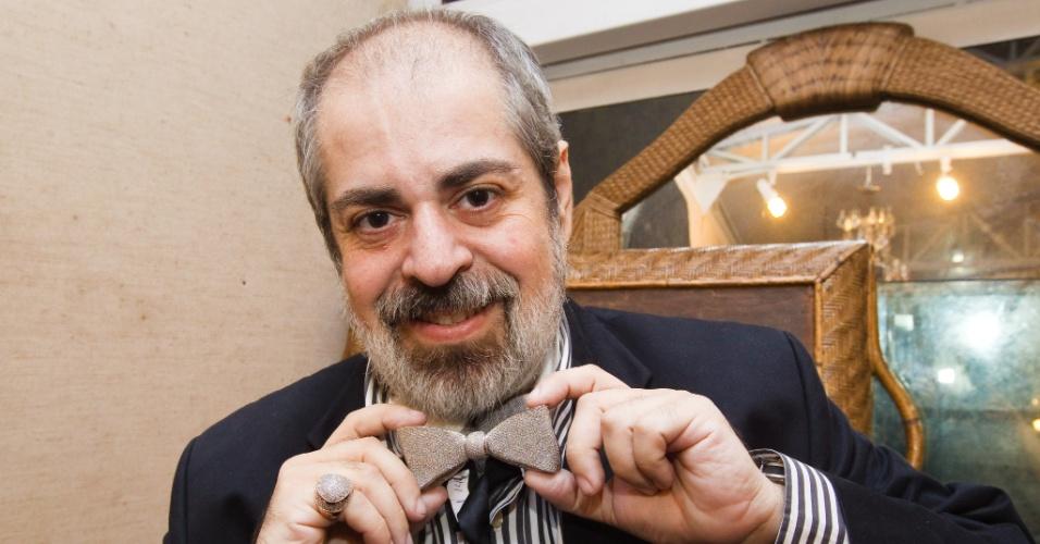 12.abr.2012 - Depois de ter arrematado a gravata de ouro branco com diamantes do ex-deputado Clodovil Hernandes em leilão na última quinta-feira (12), em São Paulo, com um lance de R$46 mil, o arquiteto Luiz Pedro Scalise exibe o objeto, cujo lance inicial foi de R$10.860