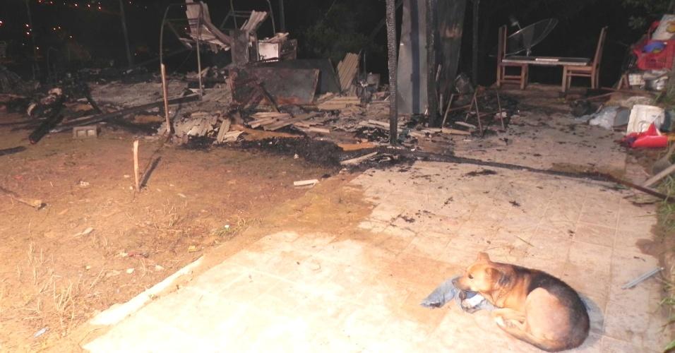 Duas pessoas morreram e uma ficou ferida após um incêndio em uma casa de madeira, na noite de quinta-feira (13) na cidade de Franco da Rocha (SP). Após salvar a irmã, Daniele, o adolescente Luiz Fernando Rodrigues, 15, morreu junto com sua mãe, a cadeirante Raimunda de Paula Rodrigues, 56