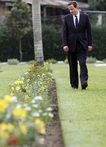 Em visita a Mianmar, premiê britânico, David Cameron, caminha entre túmulos de soldados mortos durante visita ao cemitério de guerra nacional, em Yangon