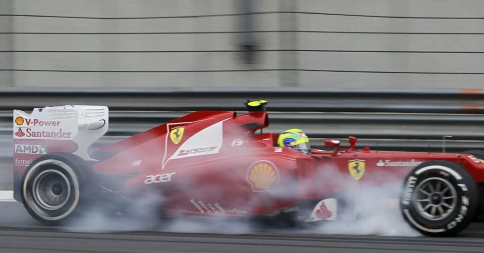 Felipe Massa frita pneus durante treinos livres para o GP da China; brasileiro ficou em 17º