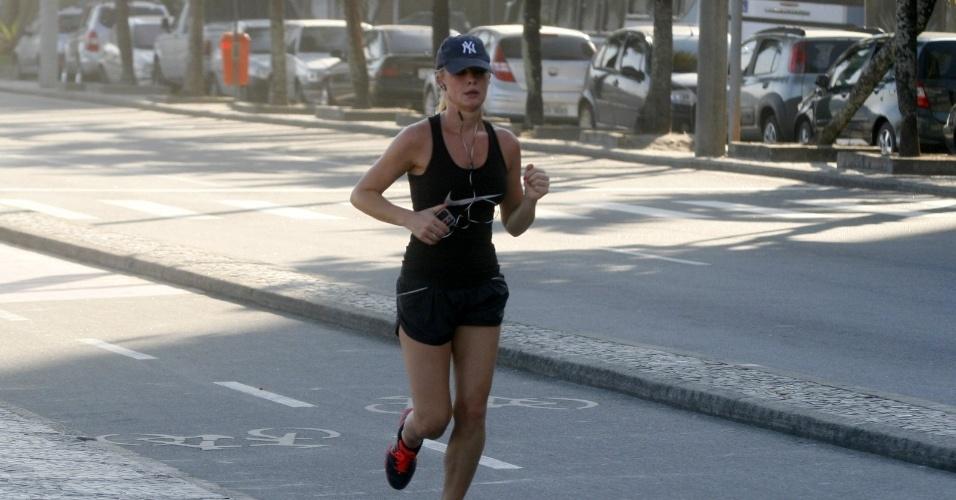 Fiorella Mattheis corre pela orla do Leblon, zona sul do Rio (13/4/2012)