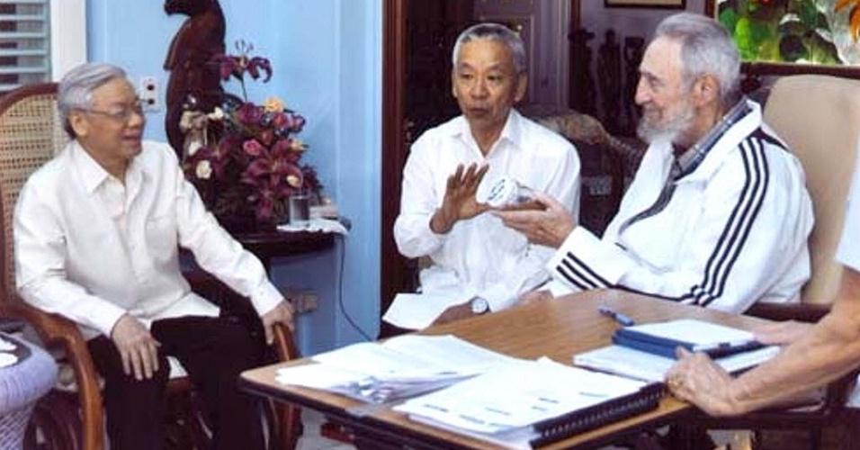 Foto divulgada pelo jornal oficial cubano Granma mostra o ex-presidente do país, Fidel Castro, durante encontro com o secretário geral do Partido Comunista do Vietnã, Nguyen Phu Trong (esquerda) em Havana