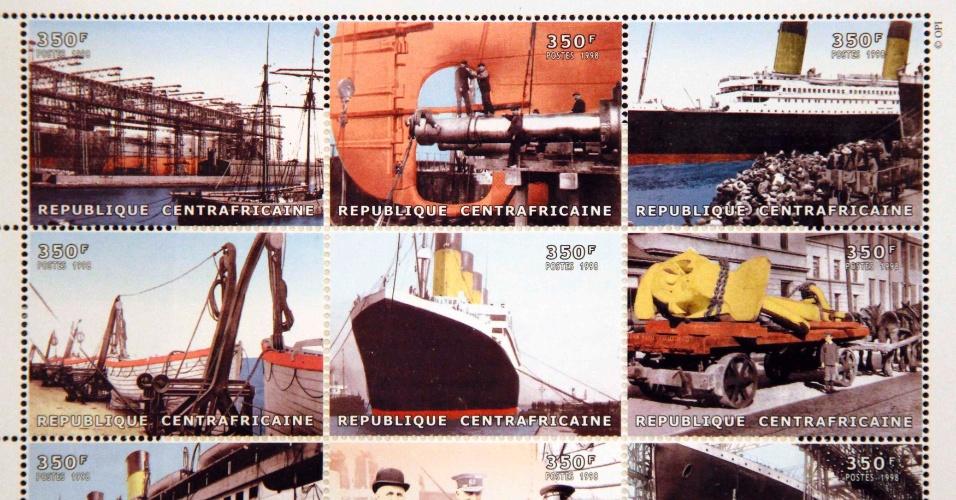 Foto mostra cartela de selos das Ilhas Comores com estampas do Titanic que formam parte da coleção de Kenneth Mascarenhas, um dos passageiros do cruzeiro memorial que refaz o trajeto do navio histórico