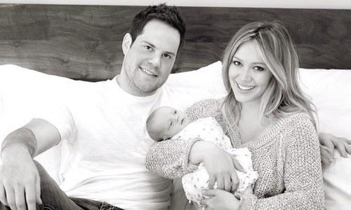 Hilary Duff mostra foto com marido e filho no Twitter (13/4/12)