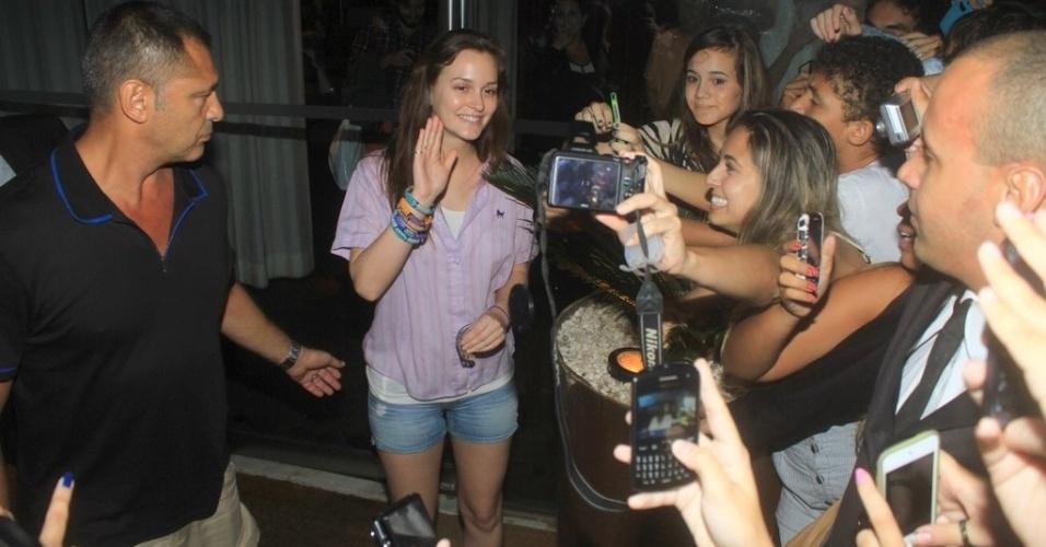 Leighton Meester acena para os fãs na porta do hotel onde está hospedada na zona sul do Rio (13/4/2012)