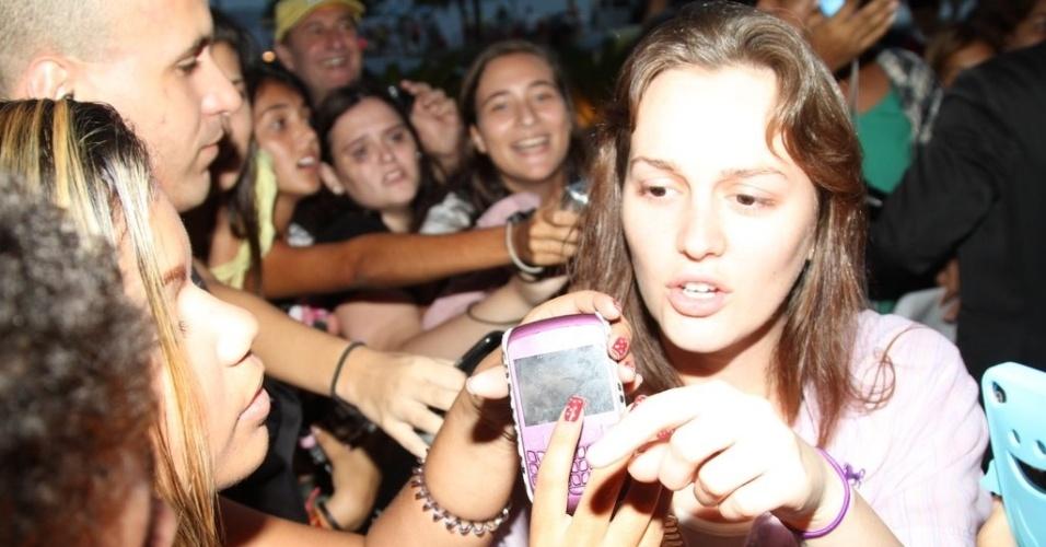 Leighton Meester causa tumulto na porta do hotel onde está hospedada na zona sul do Rio (13/4/2012)