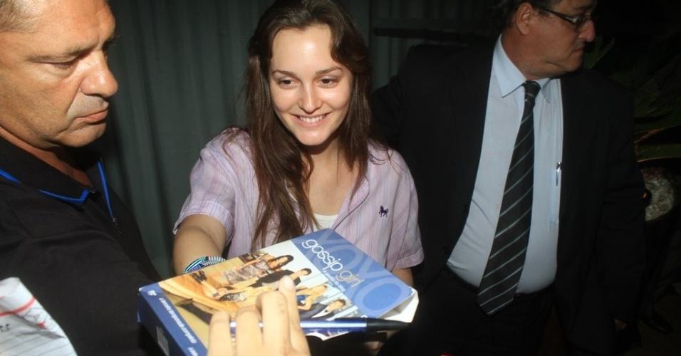 Leighton Meester dá autógrafos para os fãs na porta do hotel (13/4/2012)
