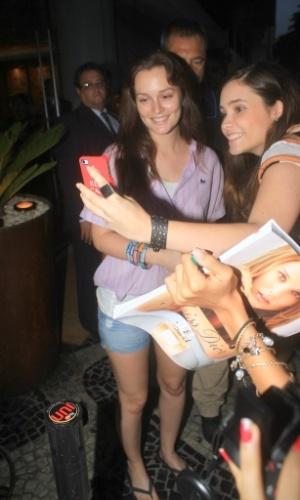 Leighton Meester posa para fotos com as fãs (13/4/2012)