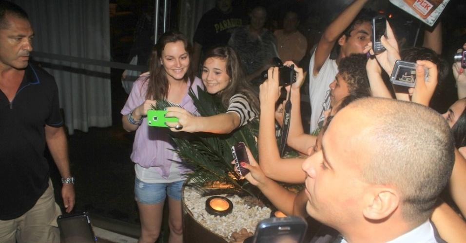 Leighton Meester posa para fotos com os fãs na porta do hotel onde está hospedada, na zona sul do Rio (13/4/2012)